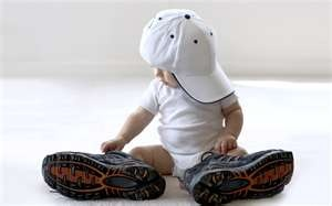 Picture idea for Little boy. If he had his dads known hat or shoes in. Great for 1 year birthday card.