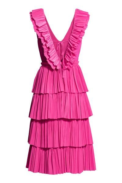 Een midi-jurk van geweven stof met een diepe V-hals met plissévolants voor- en achteraan. De jurk heeft striklintjes en een blinde ritssluiting op de rug, e