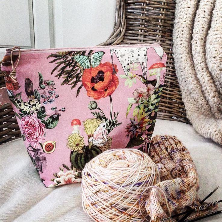 Mushrooms, butterflies, poppies, frogs & horses. This little sockbag has it all. 🍄🍄🍄 . . Lovely sockyarn by @rosemarietin . . . .