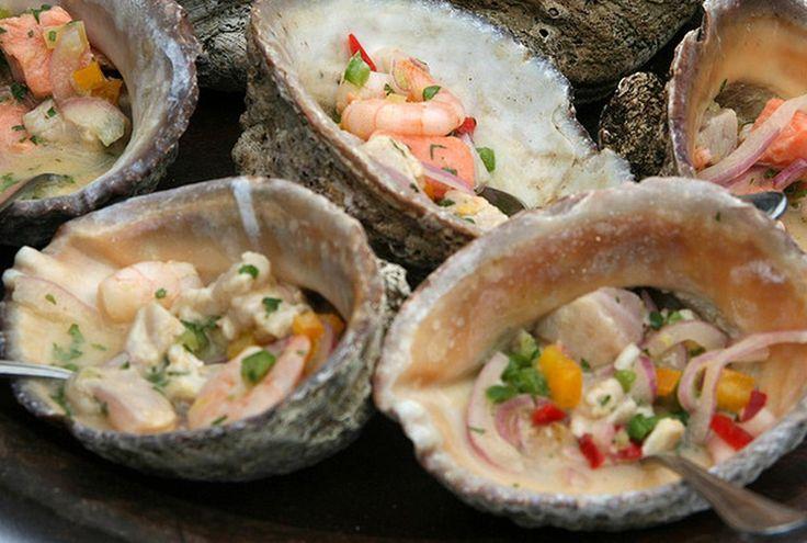 中南米は、「肉を食べる国々」というイメージがある。串に肉を刺したブラジルのシュラスコ料理、豚の臓物や豆を煮込んだファジョアーダ。アルゼンチンの牛肉の炭火焼きアサード。メキシコのタコス。 そんな中で、ペルーは屈指の水産大国。そして魚介料理が旨い。いちばん有名なのは「セビーチェ」だ。Photo byMinamie's PhotoPhoto byJuan José Richards Echev...