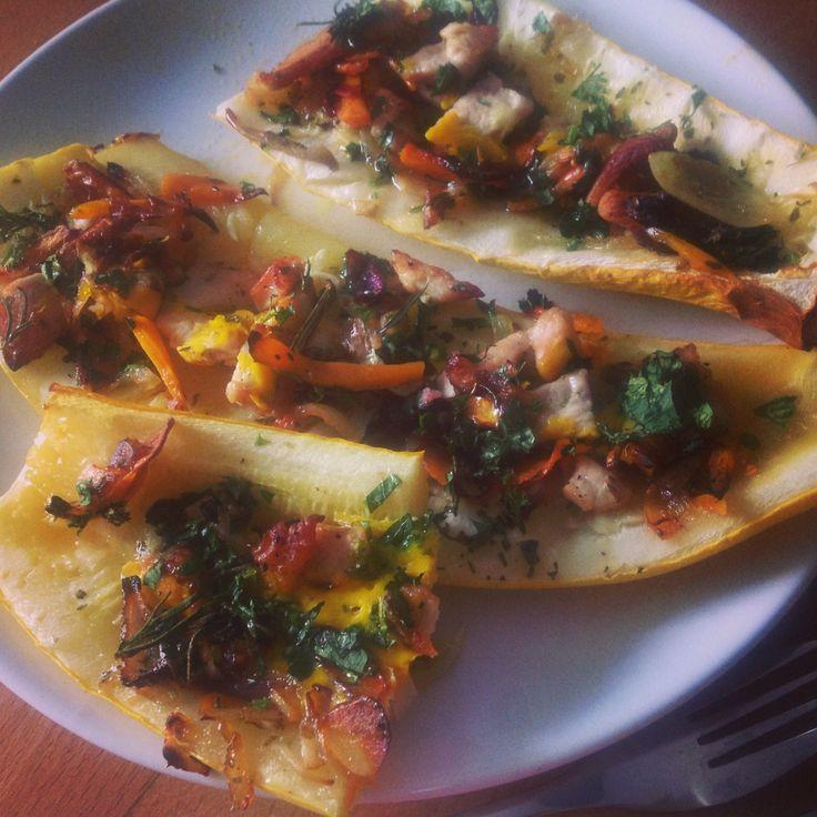Zeleninová pizza bez těsta: zapečené cukety plněné masem nebo tempehem (pro vegetariány). Bezlepový recept. Foto: Sláma v botách