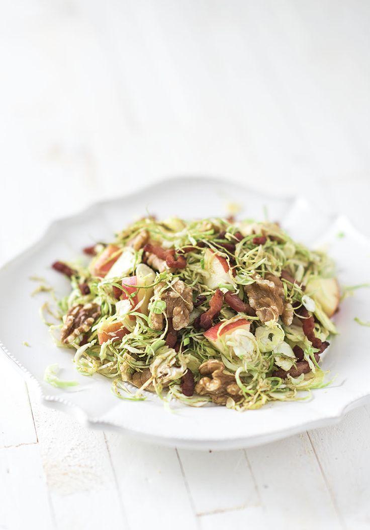 Spruitjes salade met rauwe spruitjes, en door de dressing en spekjes niet bitter, maar super lekker van smaak en ook nog eens mega gezond!