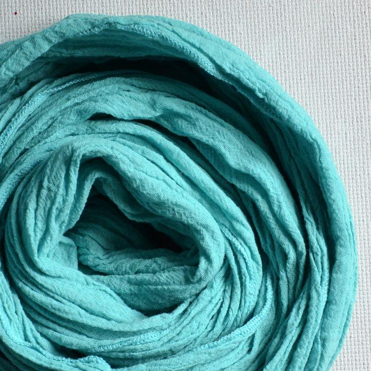 šál Barvy moře Ručně barvený šál z bavlněného organtýnu. Rozměr: 150 x 40 cm Vzhledem k tomu, že se jedná o ruční barvení (v hrnci), barva šálu nemusí být zcela jednolitá. Údržba: Můžete prát i v pračce na 30°C, ale určitě doporučuji použití tekutého k barvě šetrného pracího prostředku. Při prvním praní šál může ještě pustit barvu. Tady můžete ...