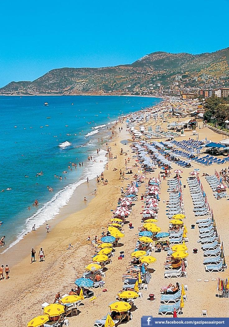 Пляжи Алании входят в десятку лучших пляжей Турции, в том числе и за идеально чистую прибрежную зону, отмеченную «голубым флагом». Великолепные песчаные пляжи протянулись на 70 км вдоль береговой линии, которая поделена выступающими в море скалами на множество тихих одиноких бухт. Пляжи Алании. Турция