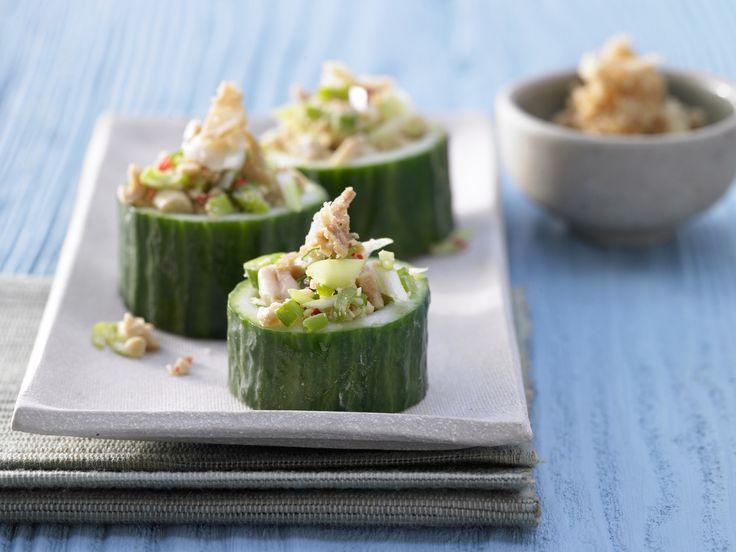 Superschnell, ganz einfach und toll als Partyfood oder Vorspeise! Gefüllte Gurkenbecher - mit Erdnüssen und Chili - smarter - Kalorien: 280 Kcal - Zeit: 25 Min. | eatsmarter.de