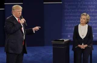 """Image copyright                  AP                  Image caption                                      Trump y Hillary, en su segundo debate cara a cara.                                """"Deberías ir a la cárcel"""", le llegó a decir Donald Trump a Hillary Clinton en uno de los momentos más calientes del segundo debate presidencial en Estados Unidos. E"""