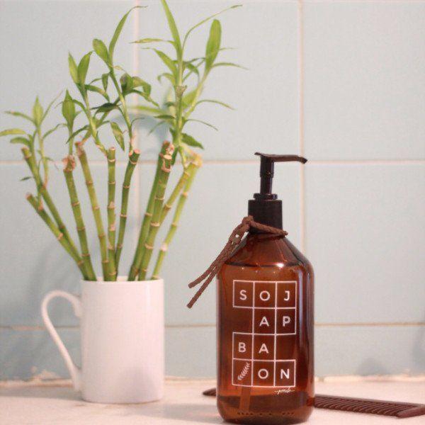 Seu banheiro ficará incrível com o eleganteporta sabonete líquidode vidro âmbar! Garrafa de 500ml com válvula preta. Disponível em duas estampas impressa dire