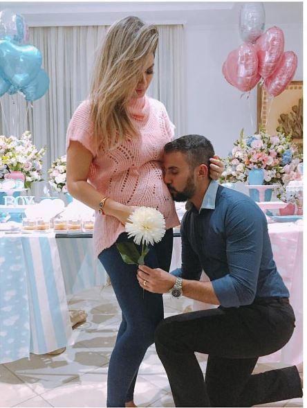 Kelly Key ganha beijo do marido na barriga durante 'Chá de revelação'