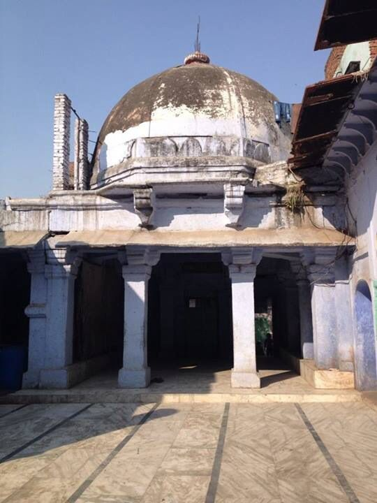 The courtyards with very Tughlaq style domes, containing graves run on both sides of the dargah