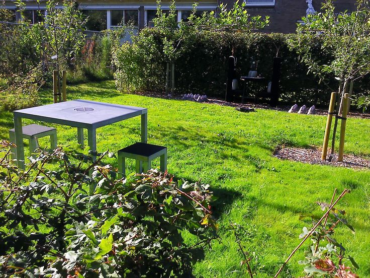 The LIFE IS LOVELY solar fountain table in the sculpture garden of Ineke Ekkers #relaxing #gardentable #waterfountain #tuintafel