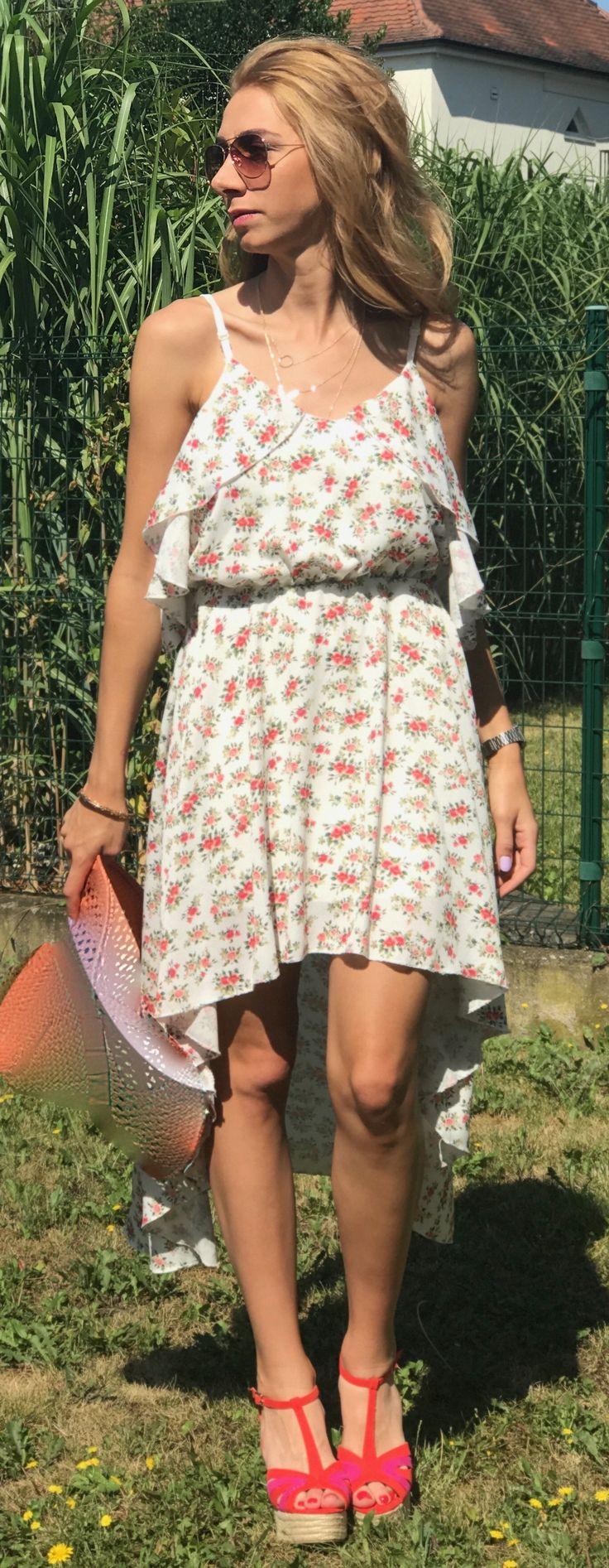 Cette saison la robe fleurie est reconduite dans tous les dressings alors on se laisse séduire par cette robe maxi asymétrique à motif fleuri! Sa coupe asymétrique, flattée par son imprimé fleuri effet mousseline de soie ainsi qu'une doublure apporte fraîcheur et élégance à votre style.  Conseils: à porter avec des sandales, plates/à talon. Un maquillage sobre ravivé d'un rouge à lèvre coloré (rose, rouge ou bordeaux) pour un look infaillible.