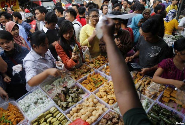 Para pedagang di tepi jalan Bendungan Hilir, Jakarta, menjual makanan berbuka puasa (30/6). (Reuters/Beawiharta)