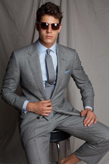 Noivo com terno cinza e camisa azul.