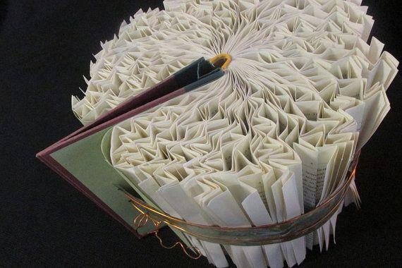 Kijk! Het is een vogel! Elke pagina wordt gevouwen omzetten van een boek in een vogel. Leeftijd koperen en bronzen metalen bekleding is de leeftijd en koperdraad loopt het allemaal. De blues en de Groenen in de leeftijd metalen verbetert de salie lichte kleur van het papier van de binnenkant van de boekomslagen. Afmetingen 10 x 8.