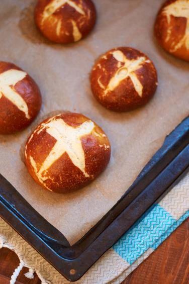 Laugenbrötchen - Pretzel Buns - Rezept auf carointhekitchen.com | #Laugenbrötchen #Rezept #Pretzel #Bun #Recipe
