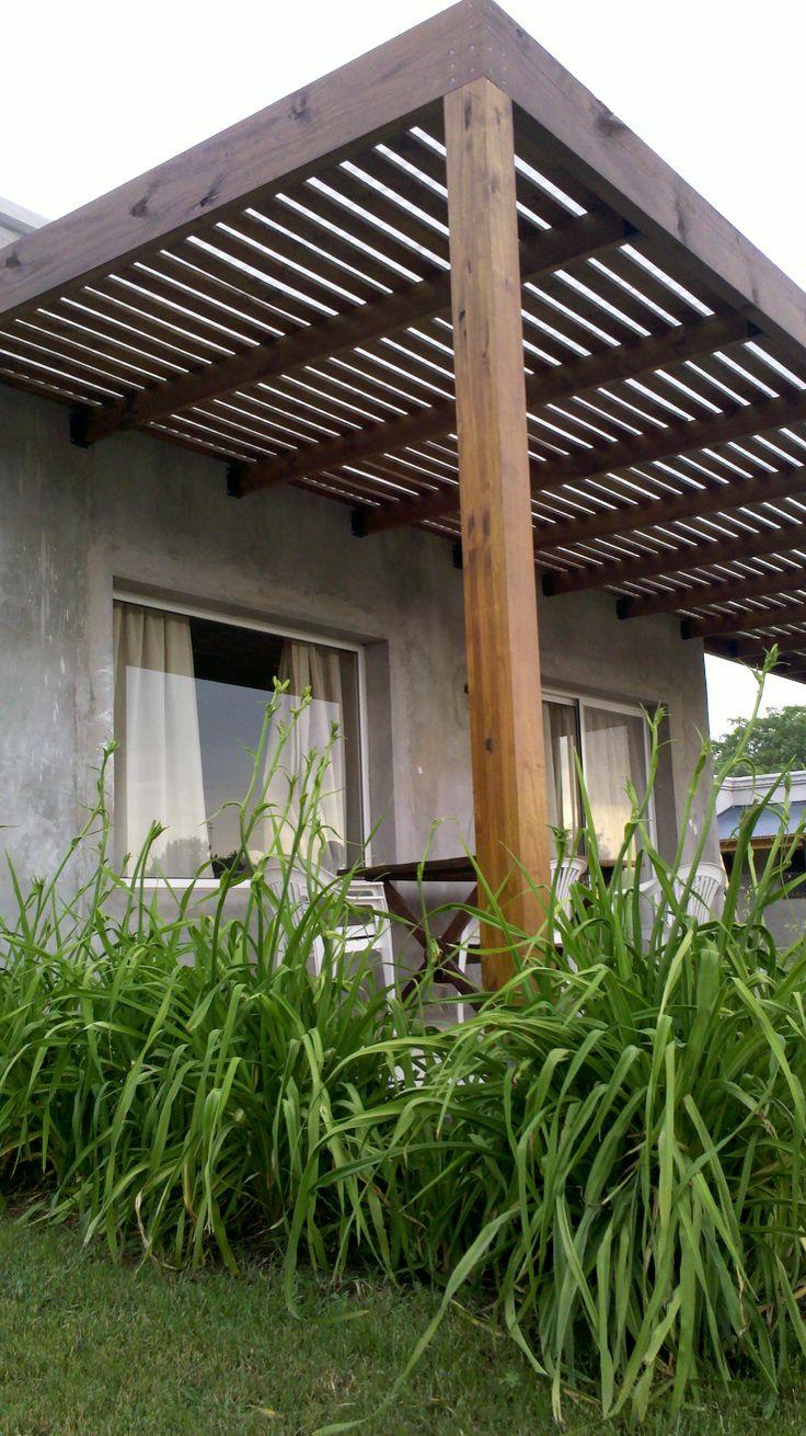 Pergola en pino elioti tratado protegida con cetol, cubierta de techo de policarbonato y canaletas de desagüe.