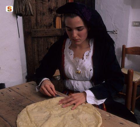 Irgoli, fresatura del pane in abito tradizionale