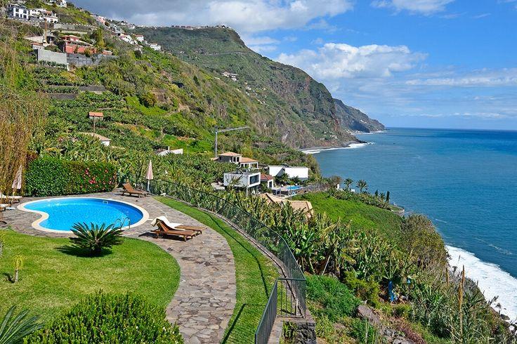Description: Elegante villa met 5 slaapkamers en privé zwembad met magnefiek uitzicht over de oceaan.  Op een sprookjesachtige locatie Sommige locaties zijn gewoon te mooi om waar te zijn. En laat je nu net Casa da Fajã op zo?n locatie vinden. Idyllisch gelegen op de kliffen van Arco de Calheta en omringd door de bananenplantages word je een fabelachtig zicht op de hele Atlantische Oceaan gegund. Als je aan komt rijden weet je al dat je een geweldige plek hebt uitgekozen. Het liefste zou je…