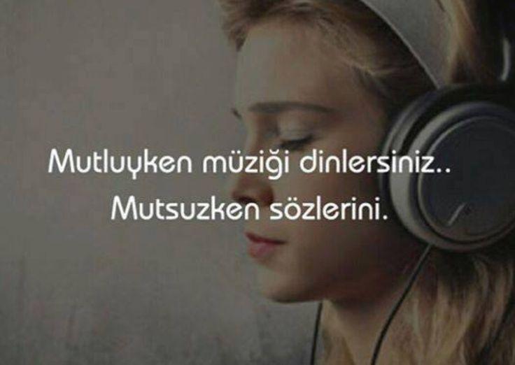 Mutluyken müziği dinlersin mutsuzken sözlerini
