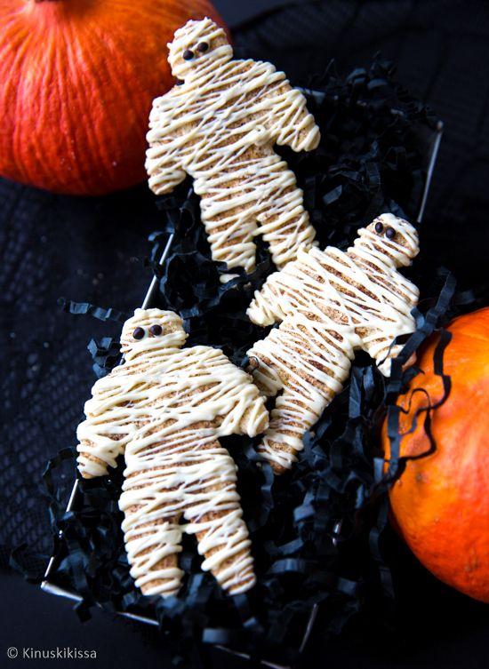 """Pikkuleipien päälle ripoteltu kanelisokeri tekee mantelilla maustetuista murokekseistä himpun verran fiinimpiä. Halloween-juhlia varten koristelussa voi hullutella. Tavallinen piparkakku-ukko muuntuu muumioksi, kun pinnan peittää valkosuklaasta pursotetulla """"sideharsolla"""". #halloween"""