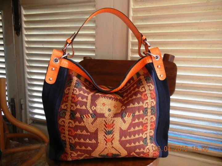Code TBO52. Tenun Sumba with handle cobra leather, size 37X15X35  Inside suede, pocket 2pcs with zipper... Zipper
