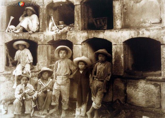 Niños en un cementerio. Ciudad de México (ca. 1930).