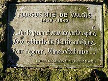 """Vers de Marguerite de Valois , jardins des Poètes, Paris. -  Entre 1515 et 1518, la situation matérielle de Marguerite s'améliore: cadeaux du roi, bals, fêtes.. car son frère cadet, François de Valois-Angoulême, est monté sur le trône de France en 1515. Marguerite remplace même dans les cérémonies officielles sa belle-soeur, la reine Claude, 1° épouse du roi, pendant la grossesse de celle-ci. Clément Marot, son valet de chambre, nous la décrit ainsi: """"corps féminin, coeur d'homme, tête…"""