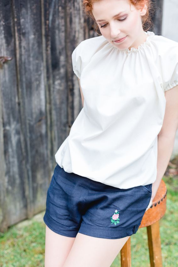 Leinenshorts / Trachtenhose / Trachtenshorts mit Stickerei / Trachtenstickerei / Trachtenbluse / Trachtenshirt / geraffte Trachtenbluse / JuliaLoichingerPhotography / http://vuigfui-trachtenmanufaktur.de