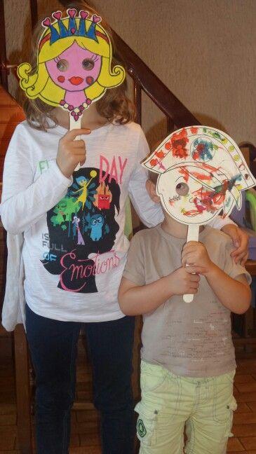 Masques en bois peints par les deux artistes. Septembre 2015.
