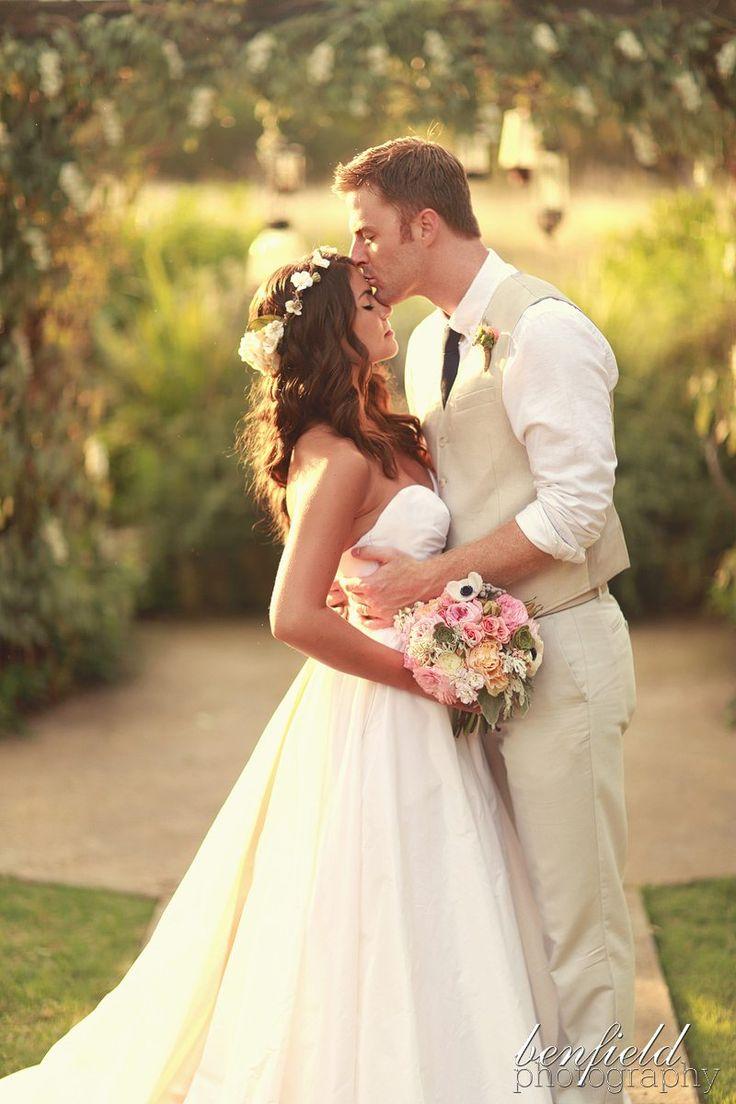 Voici la première partie des photos de ce mariage rustique avec une superbe robe de princesse! J'adore la robe de la mariée, une robe princesse sobre et volumineuse comme je les aime! J'adore aussi la couronne de fleurs qui donne un côté plus nature et rustique à la mariée.