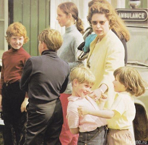 Королева Елизавета с принцем Эндрю (спиной к камере),принц Эдуард и леди Сара Армстронг-Джонс, рыжая девушка - Сара Фергюсон.