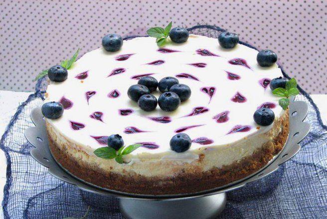 Desert cheesecake inimos cu sos de afine