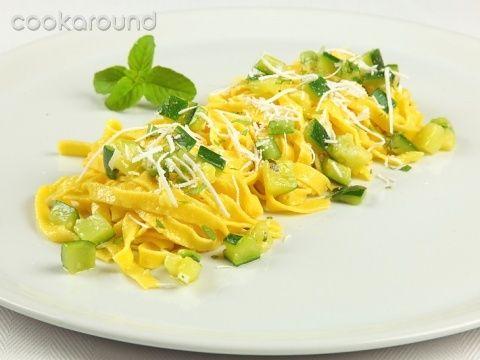 agliatelle con zucchine  Un piatto semplice e veloce da preparare, le zucchine cuociono in acqua insieme alla pasta, l'aggiunta, prima di servire, di aglio menta e ricotta grattuggiata rende il piatto profumatissimo e saporito