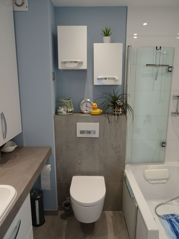 Badezimmer In Einer Tollen Kombination Von Betonoptik, Klassischen Weißen  Wandfliesen Und Einer Trendigen, Farblichen