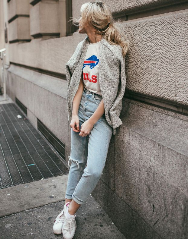 On ne se lasse pas du trio tee-shirt de sport vintage/jean roulotté sur la cheville/baskets blanches (Happily Grey)