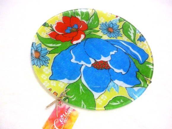 Prato de vidro transparente, com decoupage de tecido atrás no prato. Acompanha suporte metálico para pendurar na parede. Pode ser utilizado com ou sem o suporte metálico. Estampa Chita Amarela. Linda!   Perfeito para decorar a parede da sua casa e para servir quem você ama!  * Importante: PODE SER LAVADO, desde que não utilize água quente e nem deixe de molho. NÃO COLOCAR NA MÁQUINA DE LAVAR LOUÇA!  Medidas: Diâmetro: 26 cm R$ 30,00