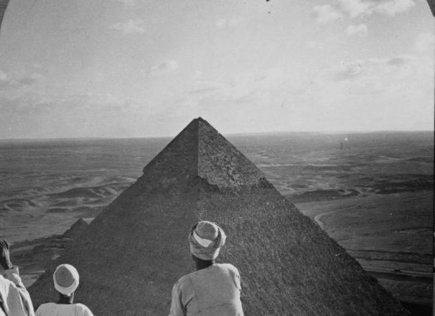 Des  touristes prennent le thé en haut des pyramides de Gizeh