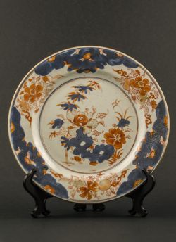 Imari decorated plate. Qianlong (1736 - 1795) Chinese Imari plate with central scholar's rock and foliage decoration, gilded on the rim with lotus scroll design #antique #chineseporcelain