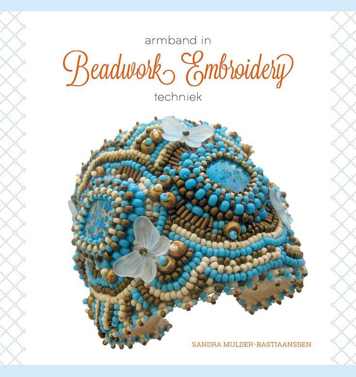 Primeur voor Handwerken zonder Grenzen! Het fraaie Beadwork Embroidery boekje, geschreven door Sandra Mulder-Bastiaanssen, is vanaf nu verkrijgbaar! Mocht u geïnteresseerd zijn in het borduren met kralen en halfedelstenen dan is dit boekje een must.  (Meer over het werk van Sandra Mulder in HZG 178)