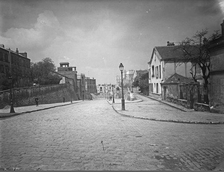 Paris, l'avenue Junot vers 1930. Une photo de © André Kertész.