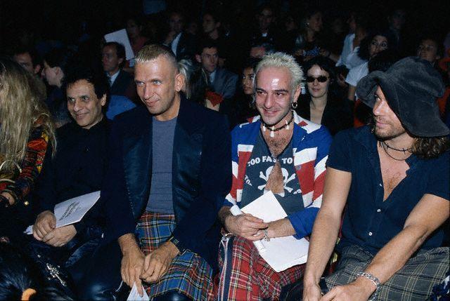 Джон Гальяно, Аззедин Алайя и Жан-Поль Готье на показе Vivienne Westwood (1994 год)