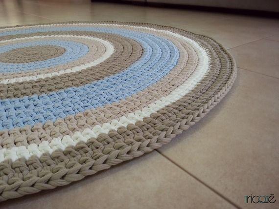 שטיח סרוג בהזמנה אישית ובעבודת יד מחוטי טריקו בגווני מוקה תכלת ושמנת קוטר 1.2 מ'