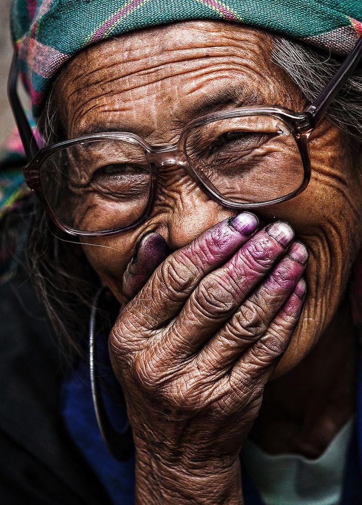 Der aus der französischen Normandie stammende Fotokünstler Réhahn zählt zu den bekanntesten Travel/Portrait-Fotografen weltweit. Die Jagd nach perfekten Aufnahmen führte den 35-jährigen bereits auf Reisen um den gesamten Erdball. Im Zentrum seines Interesses standen auf seinen zahlreichen Trips immer Menschen und Persönlichkeiten unterschiedlichster Couleur sowie deren Kultur. Im Jahr 2007 führte den Fotografen eine Reise im Auftrag einer Non-Profit-Organisation erstmals... Weiterlesen