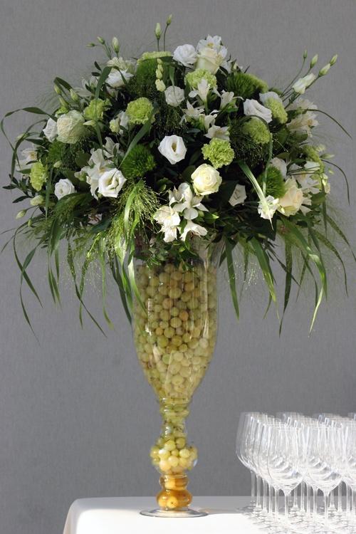 Roses, oeillets, dianthus, lysianthus & panicum pour une composition à la fois champêtre et élégante. Compositions de buffet #mariage #fleurs #francefleurs