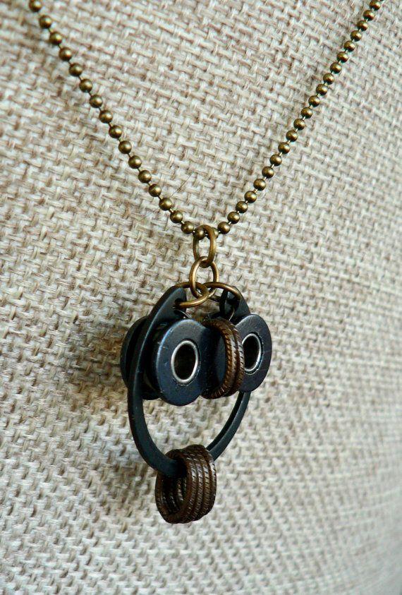 Stravagante, divertente, intelligente, semplice. Meraviglioso per gli amanti della Civetta e bici.  Questo ciondolo è disponibile in diversi stili.
