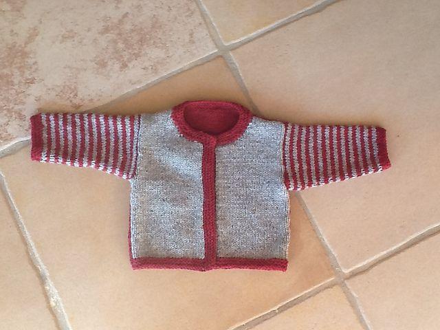 Sød hverdagstrøje til småbørn. Striberne på ærmerne gør den helt speciel. Den er her strikket i ren uld med kontrastfarve på ærmerne. Pinde 4½. Læs mere ...