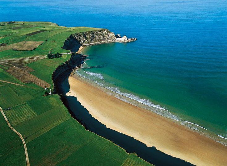 No una sino dos son las playas que componen el arenal de Langre, uno de los mayores y más bellos de Cantabria