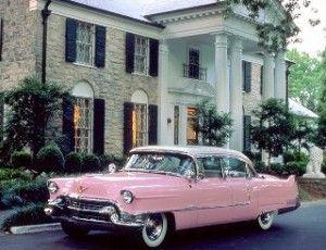 Yes! Dit is 'm! Een roze Cadillac uit 1959, toebehoord hebbende aan de heer Presley Elvis Aron.
