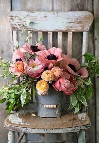 Look at this stunning pink anemones in a grey bucket - great inspiration for a rustic wedding! More inspiration on wonderwed.de
