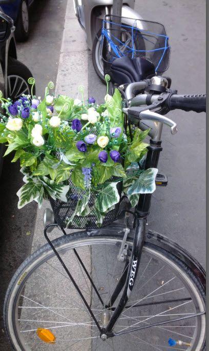 Bicicletta floreale, è arrivata la primavera. Zona Missori  Blue and white flora bicycle in Missori